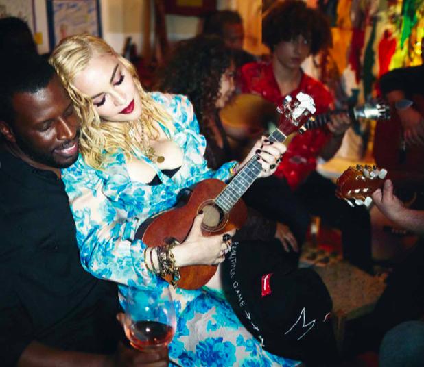 Madonna a tocar guitarra no Tejo Bar