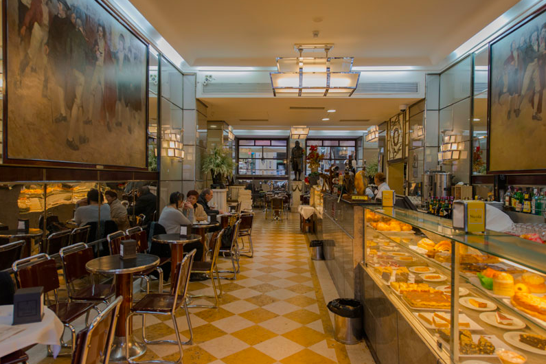 Inside Nicola Café. The Art Déco style and Bocage's statue in the back.