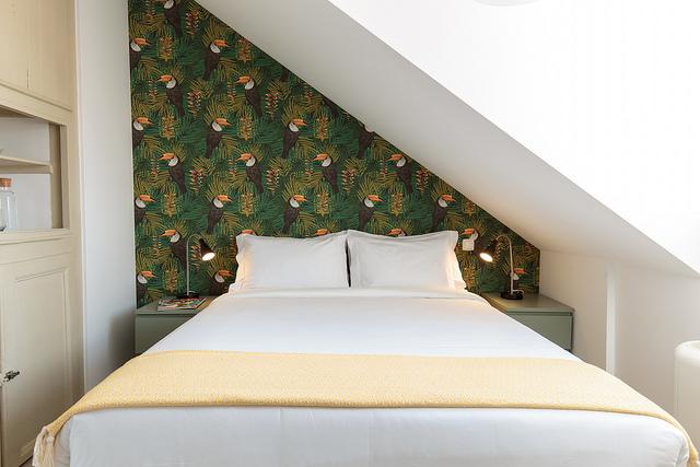 cama queen size quarto águas furtadas
