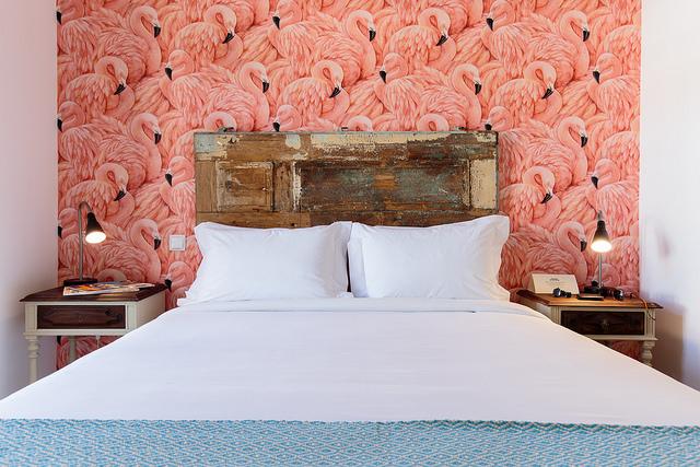 Quarto com papel de parede com flamingos