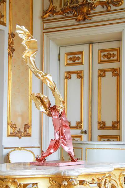 Detalhe de escultura de Miguel Rodrigues em cima de mesa no salão Luis XV do palacete Mendonça, nova casa de Aga Khan em Lisboa.